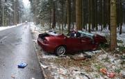 Die Unfallstelle in Schongau: Das Auto war nach der Kollision nur noch Schrott. (Bild: Luzerner Polizei)