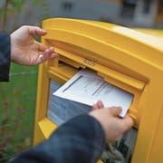 Derzeit übernehmen neun Kantone bei Wahlen und Abstimmungen das Porto für die Rücksendung. (Bild: Gaetan Bally/Keystone)