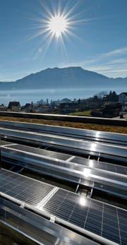 Neubauten sollen künftig selber Strom produzieren, etwa mit Solaranlagen wie hier bei der Schule Weggis. (Bild: Pius Amrein (25. Januar 2016))