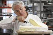 Robert Speth bei der Zubereitung eines mit Trüffels gefüllter Brie de Meaux «Chalet Chesery» (Bild: PD)