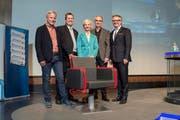 Die Kandidaten für den Stadtrat (von links) vor dem Wahlpodium am Montagabend: Rudolf Schweizer, Peter With, Manuela Jost, Beat Züsli und Stefan Roth. (Bild Dominik Wunderli)