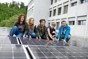 Sie haben die neue Anlage montiert: Die Schüler Fabienne Basler, Lara Schmid, Marion Niggli und Elia Lüscher sowie Projektleiter Manuel Scherrer (von links). (Bild Corinne Glanzmann)