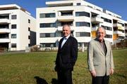 Richard Nigg (r) übergibt nach 12 Jahren als Präsident das Amt der Gemeinnützigen Baugenossenschaft Cham an Toni Luginbühl (l) ab. (Bild: Maria Schmid/Neue ZZ)