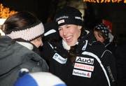 Die Doppel-Weltcupsiegerin Dominique Gisin freut sich über den herzlichen Empfang in Engelberg. (Bild Corinne Glanzmann/Neue NZ)