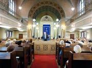 Der Rabbiner Hugo Benjamin bei einer Führung im Jahr 2012 durch die 100 Jahre zuvor eingeweihte Synagoge in Luzern. (Bild Stefan Kaiser)