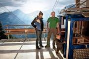 Toni Arnold, Frau Sandra Bachmann und Sohn Juri vor ihrer Seilbahn oberhalb von Wolfenschiessen. (Bild Nadia Schärli)