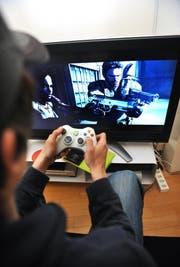 Ein Jugendlicher beim Computerspiel. (Bild Corinne Glanzmann)
