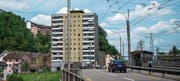 Das Hochhaus an der Lindenstrasse soll Gesellschaft erhalten von einem neuen 40-Meter-Bau. (Bild: Dominik Wunderli (Luzern, 23. Mai 2017))