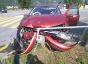 Der Autofahrer kollidierte zwar nicht mit einem anderen Lenker, aber mit dem Steinpfosten des Geländers. (Bild: Kantonspolizei Uri (Seedorf, 23. Juni 2017))