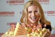 Die Moderatorin Michelle Hunziker wirbt in Deutschland, hier an einem Emmentaler-Anlass in Köln, und in Italien für Schweizer Käse. (Bild: DPA/Henning Kaiser)