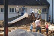 Eltern und Kinder bauten gemeinsam den neuen Spielplatz neben der Schule Emmen Dorf. (Bild: pd)