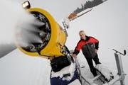 Karl Lustenberger bei der künstlichen Beschneiung mit einer Schneekanone (Archivbild). (Bild: Boris Bürgisser)