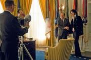 Es entsteht das Foto, auf welchem der Film basiert: Elvis Presley (Michael Shannon, rechts) besucht Richard Nixon (Kevin Spacey) im Oval Office. (Bild: Ascot Elite/PD)