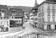 Kreuzung Kirchenstrasse/Grabenstrasse Zug, vor 1896: Rechts ist das Haus «Zum unteren Schwert» an der Grabenstrasse 1 und das Haus «Zum oberen Schwert» an der Kirchenstrasse 2 zu erkennen, in denen sich ab 1866 der zweite Geschäftssitz der «Bossard Vater & Söhne» befand. (Bild: Bibliothek Zug)