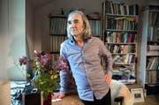 Kulturjournalist Pirmin Bossart, fotografiert bei sich zu Hause in Luzern, liebt Bücher und Schallplatten. Ansonsten versucht er, mit möglichst wenig materiellen Gütern auszukommen. (Bild Eveline Beerkircher)