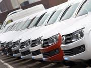 VW hat trotz des Abgasskandals erstmals seit Monaten wieder ein kräftiges Plus bei den Autoverkäufen eingefahren. (Archiv) (Bild: Keystone/EPA/HOLGER HOLLEMANN)