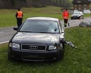 Das Auto war Richtung Schwyz unterwegs. Es wurde beim Zusammenstoss massiv beschädigt. (Bild: Geri Holdener, Bote der Urschweiz)
