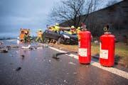 Die Edlibacherstrasse zwischen Edlibach und Neuägeri musste vorübergehend in beiden Richtungen gesperrt werden. (Bild: FFZ (Menzingen, 22. Januar 2018))