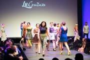 An der Modeschau von LU-Couture am «FashionDay for Generations» gestern im KKL präsentierten Profimodells und Lehrlinge die neue Kollektion – unter ihnen war auch die Miss Schweiz Laurianne Sallin (unten, Mitte). Bilder: Eveline Beerkircher (Luzern, 15. Oktober 2016)