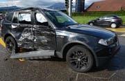 Im Bild sieht man den BMW, dessen rechte Seite bei der Kollision eingedrückt wurde. (Bild: Polizei Luzern)