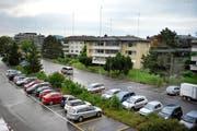 Auf dem Parkplatz in Stansstad gleich neben dem Bahnhof entsteht die neue Alterssiedlung. (Bild Corinne Glanzmann)