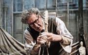 Zum Essen und Schlafen hat er nicht viel Zeit: Alberto Giacometti (Geoffrey Rush) bei der Arbeit. (Bild: Parisa Taghizadeh/Final Portrait)