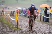 Der Sieger Francis Mourey aus Frankreich bei Schnee und Regen am 38. Internationalen Radquer in Dagmersellen. (Bild: Keystone)