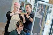 Andreas Muff, Inhaber des Coiffeurgeschäfts Muff in Rothenburg, mit Lehrtochter Sarina Bucher (stehend) und Mitarbeiterin Carina Meyer, die als Modell fungiert. (Bild Pius Amrein)