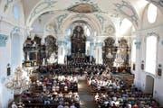 Grosser Raum für einen grossen Klangkörper: die Aufführung in der Pfarrkirche Cham. (Bild: Maria Schmid)