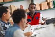 Der anerkannte Flüchtling Jean-Paul Oumolou – hier im Berufsbildungszentrum Luzern – hat 2015 eine Ausbildung im Bauhauptgewerbe begonnen. Diese gehört zum Pilotprojekt «Perspektive Bau». (Bild Pius Amrein)