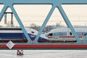 Kollegen statt Kokurrenten: TGV und ICE gehören bald zu «Siemens-Alstom». (Bild: Marijan Murat/Keystone (Kehl, 10. Dezember 2010))