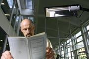 Das Staatsarchiv in Luzern wurde 2015 rege genutzt. Im Bild: Staatsarchivar Jürg Schmutz liest im ersten Telefonbuch der Stadt Luzern. (Bild: Chris Iseli / Neue LZ)