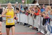 Mirjam Niederberger läuft zum Sieg am 19. Nidwaldner Lauf. (Bild: pd)