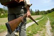 Im Erstfeldertal ist ein Mann auf der Jagd verunfallt. Im Symbolbild: Ein Mann im Kanton St. Gallen hält sein Gewehr. (Archivbild/ Keystone/Ennio Leanza)