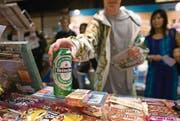 Der Verkauf von Bier an Minderjährige ist bei Testkäufen in Uri von 18 auf 43 Prozent angestiegen. Symbolbild: Martin Ruetschi/Keystone
