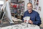 Sorgt für weihnächtliche Post: Grafiker Ludek Martschini in seinem Luzerner Atelier. Bild: Philipp Schmidli (Luzern, 18. November 2016)