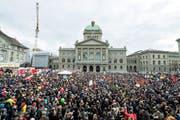 Drei Wochen nach dem Ja zur SVP-Initiative haben gestern gut 10 000 Menschen in Bern für eine offene und solidarische Schweiz demonstriert. (Bild: EPA/Peter Schneider)