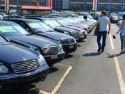 Occasionsautos sind so beliebt wie nie zuvor. In den ersten sechs Monaten dieses Jahres wechselten 441'264 Gebrauchtwagen den Besitzer. (Archivbild) (Bild: Keystone/GAETAN BALLY)