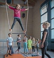 Junge Auslandschweizer proben unter Anleitung für den Zirkusauftritt. (Bild: Pius Amrein (Hergiswil, 25. Juli 2017))