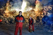 Leidenschaft für Feuerwerk: der zurücktretende Pyromantiker-Präsident Silvio Nosetti (links) und alt Präsident Edy Felder im Kieswerk Ennetmoos. (Bild Nadia Schärli)