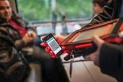 Eine Zugbegleiterin scannt ein elektronisches Ticket. (Bild: Keystone)