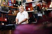 Taschen, Taschen, Taschen: André Odermatt kann sich in seinem Lederwarengeschäft, das dieses Jahr seinen 70. Geburtstag feiert, vor allem auf seine Stammkundschaft verlassen. (Bilder Stefan Kaiser)