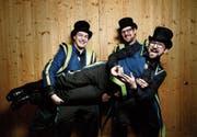 Freuen sich über die Jubiläumsplakette: Raphael Bieri (links), Lukas Huwyler (vorne) und Reto Steiner.