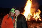 In Steinhausen wird der Steigrind verbrannt. Im Bild: Steivater Roger der erste mit Frau. (Bild Werner Schelbert/Neue ZZ)