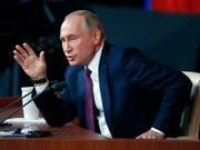 Russlands Präsident Wladimir Putin an der Pressekonferenz in Moskau. (Bild: KEYSTONE/EPA/SERGEI CHIRIKOV)