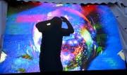 Schattenbild an der Rückwand des Tanzzeltes: Mit einer fantastischen Videoinstallation fordert Thaïs Odermatt an den Musiktagen Jung und Alt zum Tanzen auf. (Bild Romano Cuonz)