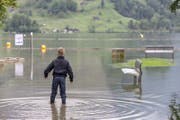 In Seewen am Lauerzersee war die Hochwasserlage 2016 nach anhaltenden Regenfällen angespannt. (Bild: Alexandra Wey/Keystone)