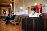 Bundesrätin Doris Leuthard auf einem Bildschirm in der Wandelhalle während der Service-public-Debatte. (Bild: Keystone/Peter Klaunzer)