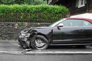 Eines der beschädigten Autos nach der Streifkollision in Arth. (Bild: Kantonspolizei Schwyz)