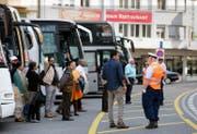 Am Löwenplatz sorgen Lotsen seit einem guten Jahr für einen geregelten Verkehr. (Bild Corinne Glanzmann)